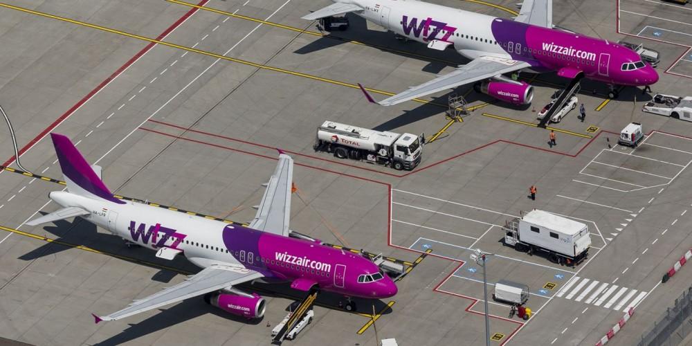 Luchtfoto Eindhoven van twee Airbussen van Wizz Air