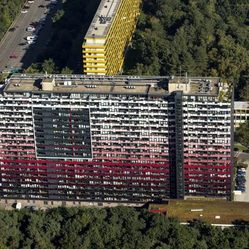 Luchtfoto Zeist van kleurrijke flat in bosrijke omgeving