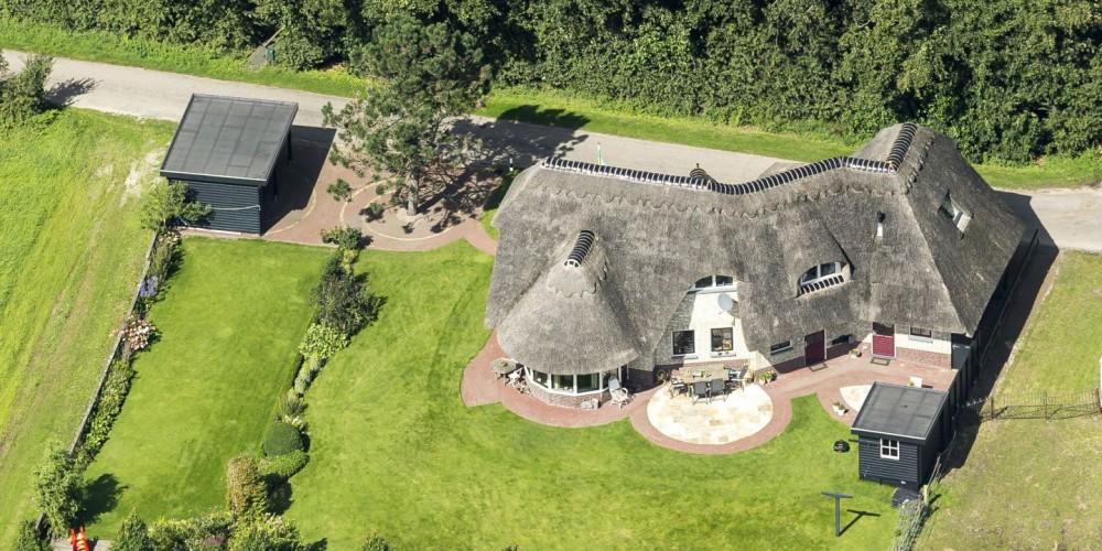 Luchtfoto van villa aan rand van bos